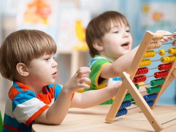 Deti sa hrajú s počítadlom