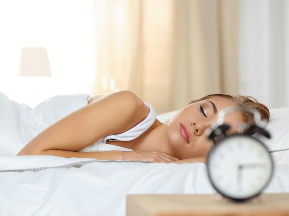 Spiaca žena a budík