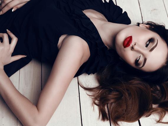 Tmavovlasá ležiaca žena