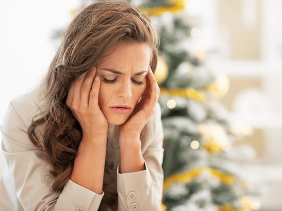 Depresívna žena pri vianočnom stromčeku
