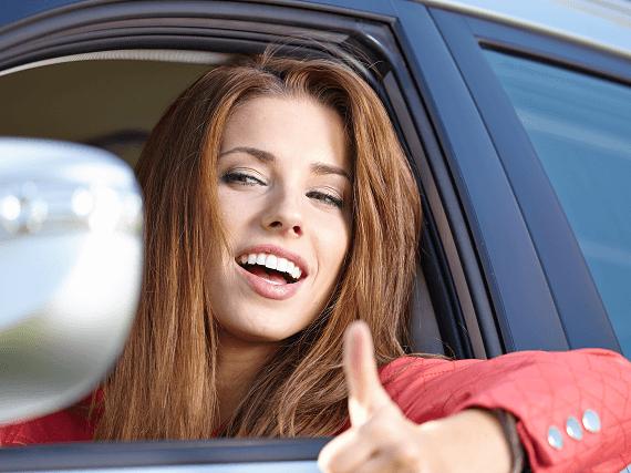 Usmievavá žena za volantom