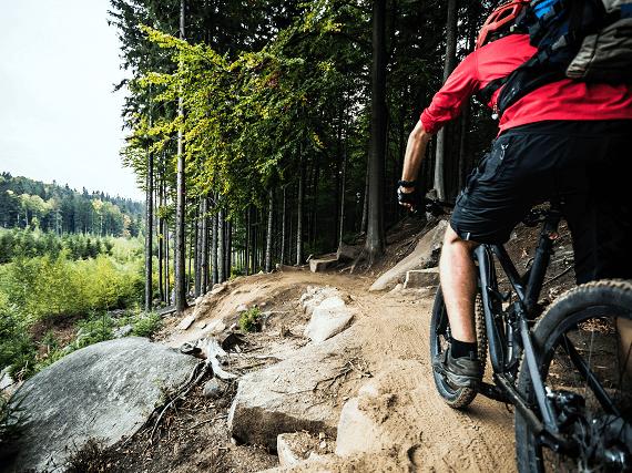 Cyklista v horskom teréne