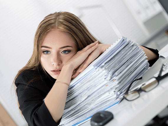 Žena prežíva stres v práci