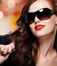 Žena v slnečných okuliaroch